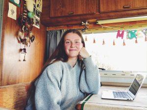 Vera van nieuwetijdswonen in haar camper voor haar laptop