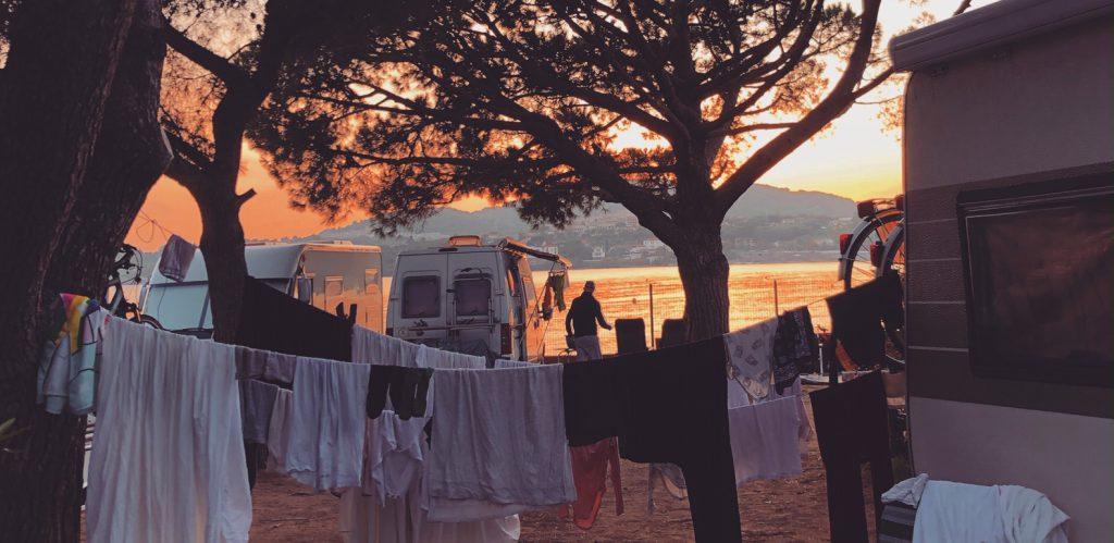 Als je lang gaat reizen met een camper kun je kosten besparen om je was buiten te drogen, ookal mag dat natuurlijk lang niet overal.