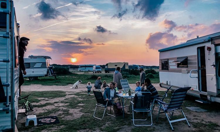 Buiten eten tussen twee campers in tijdens een zonsondergang in Spanje.
