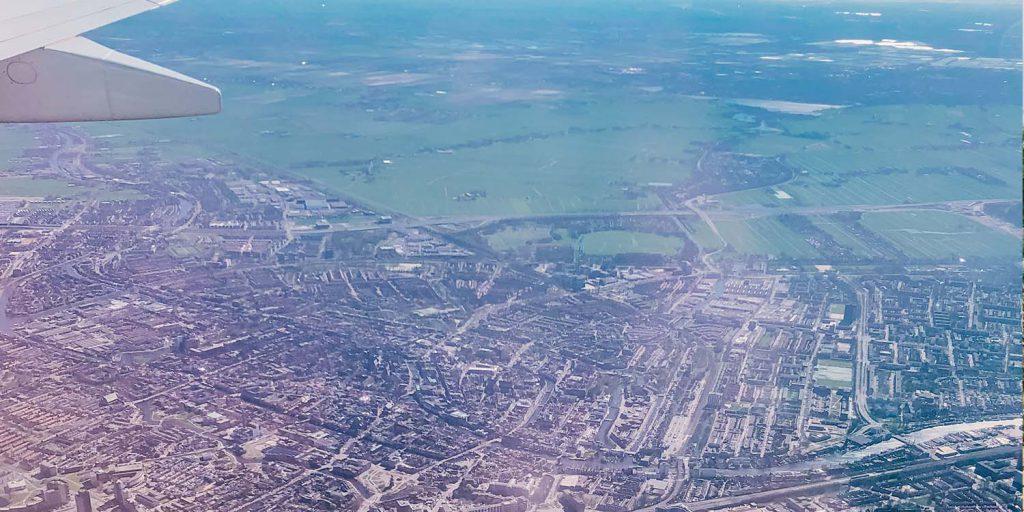 Uitzicht vanuit het vliegtuig op Nederland