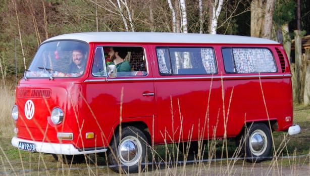 Rood T2 Volkswagen busje van Evan