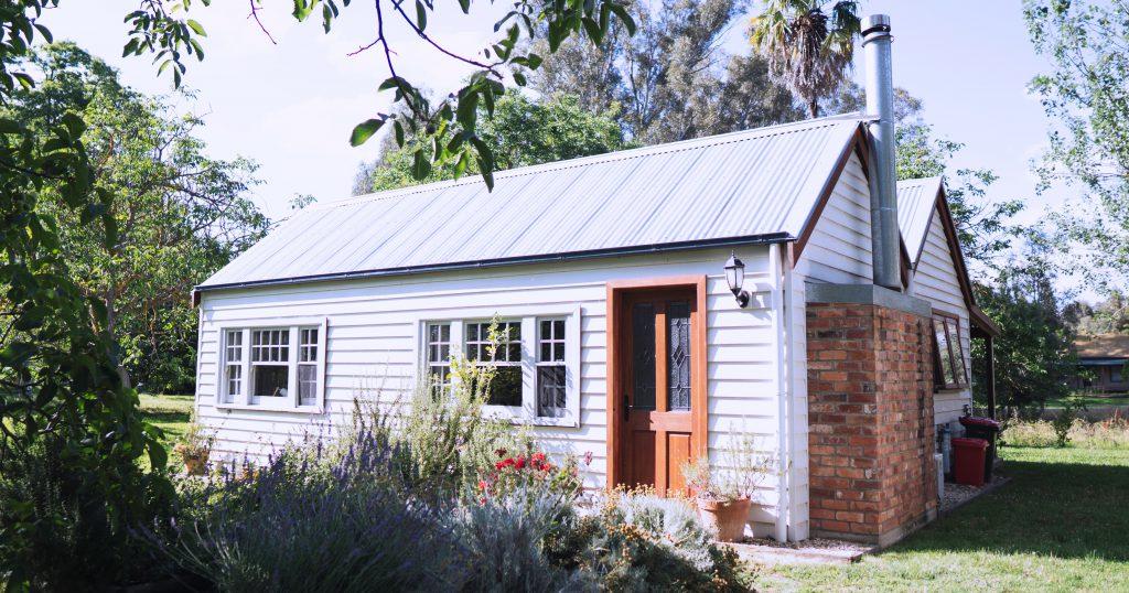 Een mooi houten huis met een mooie tuin. Dit huis wil iedereen wel kopen.