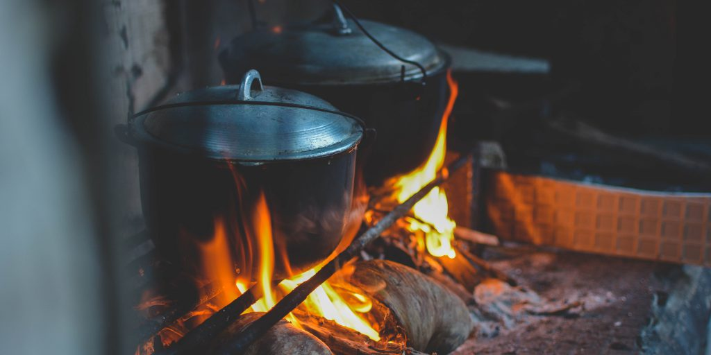 Off-grid koken boven een houtgestookt vuurtje.