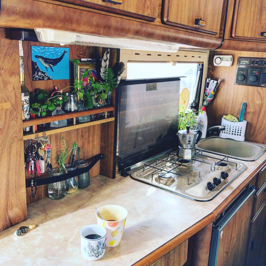 De keuken van onze Hymer camper. We kozen ervoor om een camper te kopen met een relatief grote keuken waarmee je iets meer kunt doen dan in zo'n hele kleine, dat vonden wij belangrijk omdat we lang op reis zouden gaan.