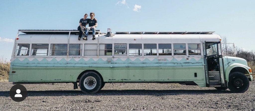 Prachtige groen blauw witte Skoolie van Sustainabus, een oude schoolbus omgebouwd tot camper. Zij kozen ervoor om geen camper te kopen maar er zelf een te bouwen waarmee ze lang op reis konden gaan.