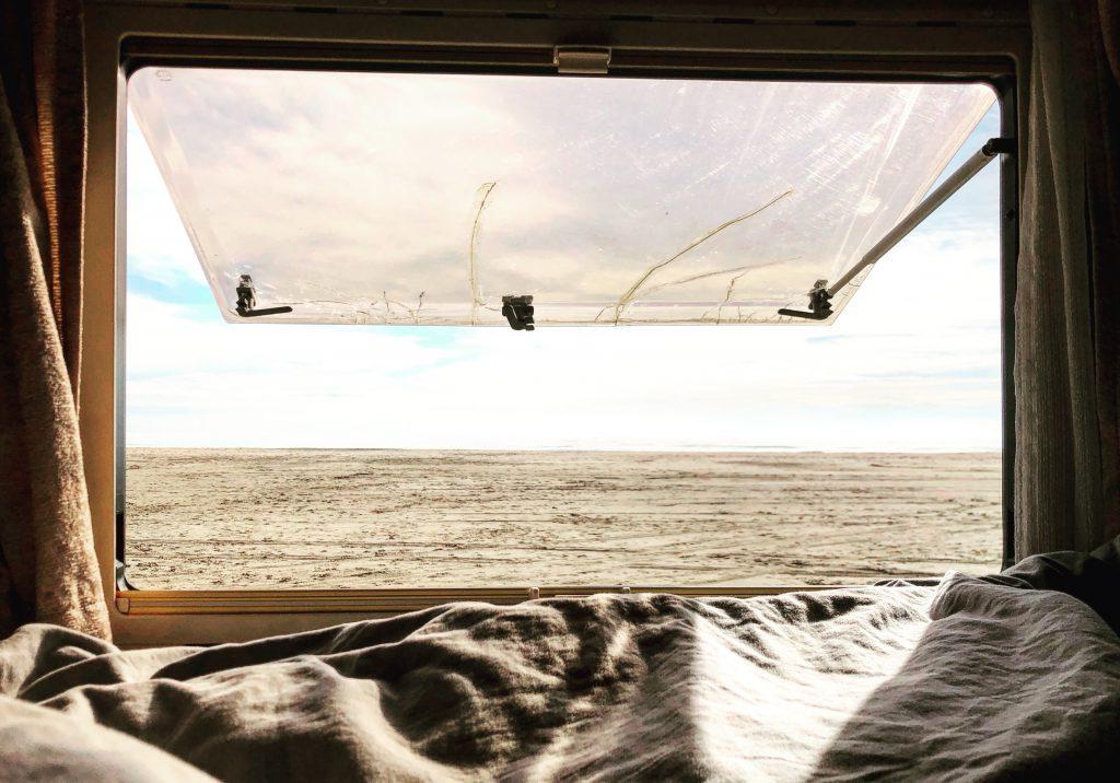 Uitzicht vanuit hymer camper op het strand en de zee. Toen wij bezig waren om een camper kopen waarmee we lang op reis konden gaan droomden we hier al van.