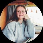 Dit ben ik, Vera. Ik schrijf blogs op Nieuwetijdswonen en ben heel blij dat ik dat kan doen!