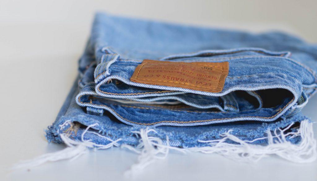Spijkerbroek gezocht! Heb je een jeans high waste lichte wassing maat 31 x 32 voor me - kom maar door!