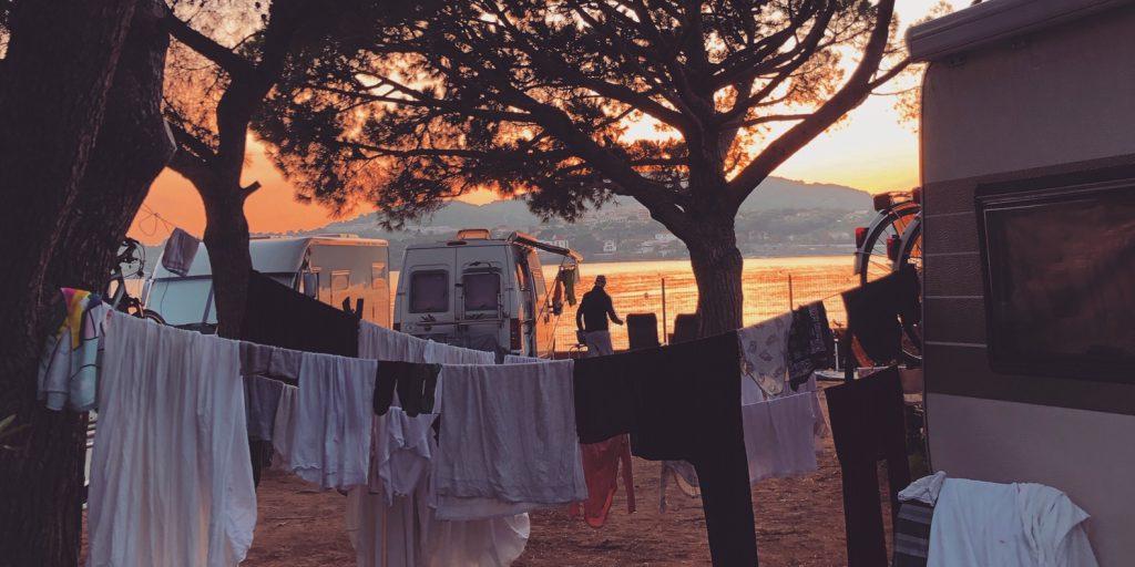 De was opgehangen buiten onze camper. Weinig kleding mee, weinig keuze, weinig was. Minimalistisch en super fijn!