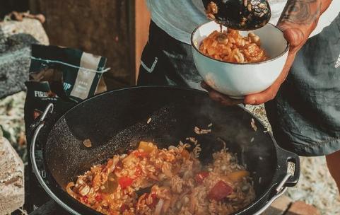 Nieuwetijds wonen Dutch Oven buiten koken buitenkeuken Petromax Jambalaya vegetarisch